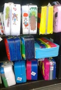 Melkein kaikki ihanan värikkäät laukut hyllyssä odottamassa seuraavia lainaajiaan